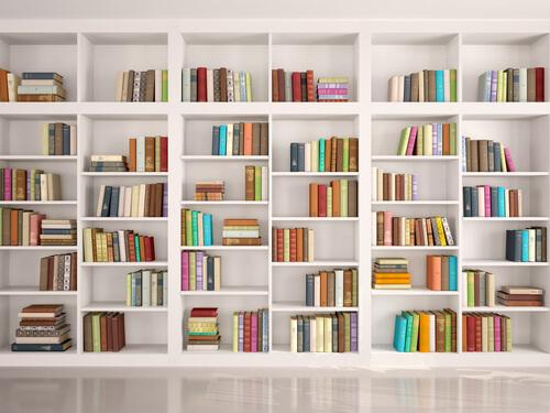 weisses bücherragal mit bunten Büchern