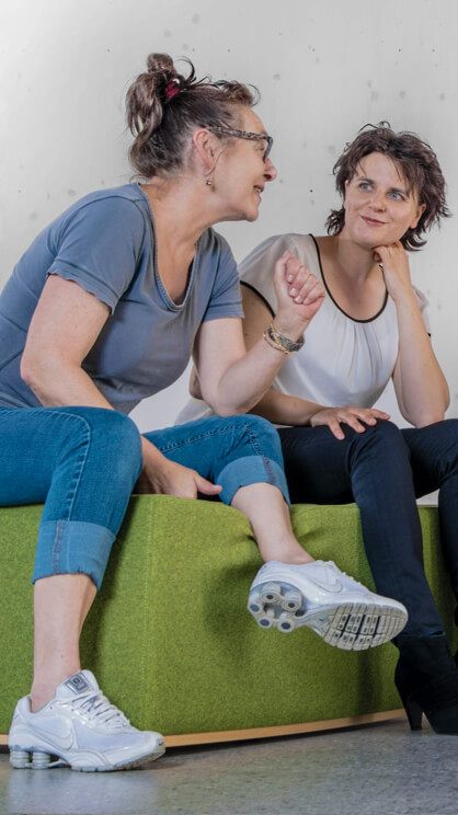 eine gruppe von Frauen sitzt auf einem grünen sofa